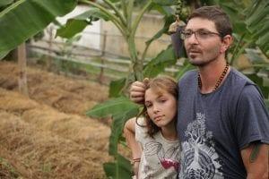 Pai e filha em pátio de compostagem. Foto: Cris Fontinha