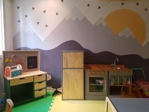 Cozinha de madeira da menina Yael. Foto: Petria Chaves.