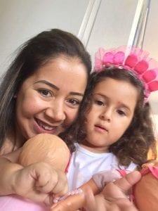Yael, filha de Petria Chaves, com a professora do ano passado. Foto: Acervo pessoal Petria Chaves.