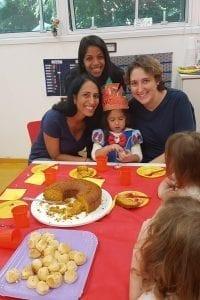 Yael, filha de Petria Chaves, com a professoras deste ano. Foto: Acervo pessoal Petria Chaves.