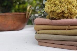 Tecidos tingidos com corantes naturais. Foto: Cris Fontinha.